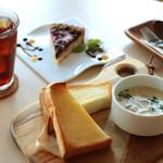 リスタイル プラスカフェ - キノコたっぷりのホワイトスープとトーストのランチ