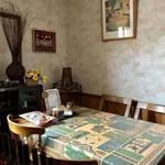 カレーハウス 伽羅 - 区切られたテーブル席4席ございました。