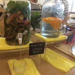 オレンジブーツ - 水はセルフだが、野菜やオレンジ水