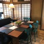 カフェ&バル 庄九郎 - 奥のテーブル席  広島から取り寄せた銅板のランチョンマットがオシャレです♡