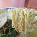 博龍軒 - 『博多ラーメンの源流』を汲むと言われるお店は、独特の平べったい細麺を使います。
