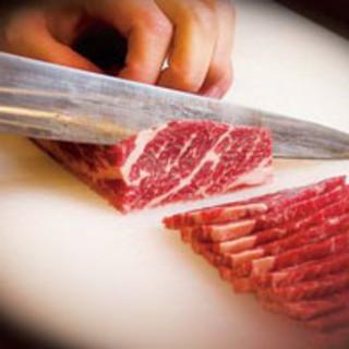 お肉は店内で職人が1枚1枚手切りしています。
