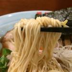 74605391 - 「ととやめん」「大盛」麺リフト。麺は、自家製、機械打ち角刃麺、極細ストレート麺である。加水率は低目ではあるが、博多麺よりはやや高い感じがした。