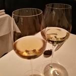 レストラン マノワ - うし江さんの白ワインと色合い比較