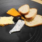レストラン リッシュ - フランス産チーズ3種(バゲット添え)