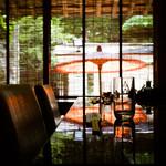 しの田 - その他写真:簾越しに見る番傘と坪庭情緒あるしつらえ