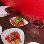 角打ワイン 利三郎 - ひよこ豆のチリビーンズ パクチー添え(上)、メカジキのナストマトマリネ(下)