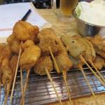 74624539 - お待ちかねの串揚げはおまかせ5本盛り640円を3つ、野菜、肉、魚等のその日のおまかせの5本盛り。                                              勿論ソースは2度漬け禁止でした。