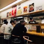 餃子工房ゆうき屋 - おひとり客が肩を並べる!