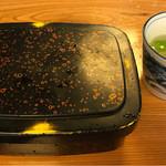 茅場町鳥徳 - 七味を入れて蒸らします