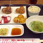 会津屋 - 「プレートランチ」(750円)。たこ焼き3種類×3個+タコ刺し+(プチ)サラダ+ソフトドリンク。ポン酢や出汁など好きに風味付けして食べる。