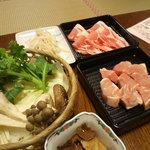 鍋屋庄左衛門 - 地鶏と山きのこ鍋(米の娘豚、もやし)①