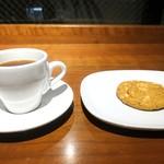 74640436 - コーヒーとクッキー