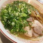 大阪屋 - トッピングは、豚バラチャーシュー、メンマ、ネギ。スープは獣臭プンプンの濃厚豚骨醤油です❤️