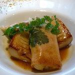 コム・シェ・ヴ - 鴨フォアグラと豚足、キクイモのパートフィロ包み焼き 九州合馬産筍のソテー添え トリュフバターソース