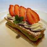 コム・シェ・ヴ - 苺とピスタチオクリームで仕上げた さくさくパイのミルフィーユ