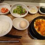 HANKKI - ◆「チーズスンドゥブチゲ定食(980円:税込)」 「チーズスンドゥブチゲ」「キムチ」「韓国海苔」「サラダ」「もやしナムル」「生卵」などのセット。