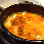 HANKKI - *チーズスンドゥブチゲ・・・「アサリ」が数個入り、溶けたチーズの風味もいいですね。 辛さは程よく、辛味に強くない私でも頂ける程度。