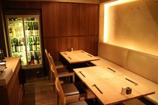 高太郎 - 店の奥には4人掛けテーブル席が3つ