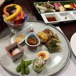 旅籠屋 丸一 - 前菜 地元野菜の盛合せと手作りディップ ラタトゥイユ 蒸鶏のバンバンジーソースかけ 季節の天ぷら