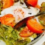めいげつ - サラダの温泉卵はいつ潰すべきか