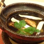 鮨 そえ島 - *アラで出しを取られ(切り身も入っています)、松茸の味わいも加味されているので、とても美味しい。
