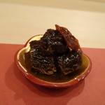 鮨 そえ島 - ◆鯨・尾の身の大和煮・・生姜の風味もよくツマミに最適。 大和煮は「鯨」や「牛肉」などを、醬油・砂糖・生姜などで甘辛く煮た品