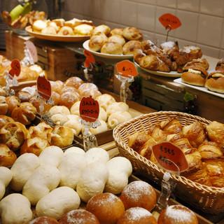 自家製パン&サラダバー食べ放題のお得なランチ