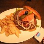レザーラッシュ - ハンバーガー大きい(隣は携帯)