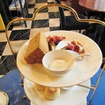 ローズウッド - 3段目:紅茶のシフォンとイチジクのタルト。の