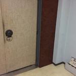 黒猫夜 - エントランスのドアは開けるのに勇気が要る
