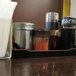 麺屋遊膳 - 卓上調味料たち
