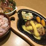 びっくりドンキー  - ランチサラダセット(チーズバーグステーキ,梅ご飯,波乗りシーフードサラダ) 1034円 (2017/10)