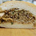 バソキ屋 - コッペパンの柔らかさの中に、ソースの甘辛&香ばしい香りとカリポリ麺の食感。