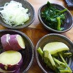秀じい農場食事処 -  <2011年4月>薬味、おひたし、おしんこ、ふかし芋