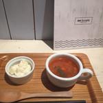 74710602 - セットの惣菜とスープ