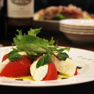 ディナーはパスタの他にもイタリアワインに合う一品やデザートも