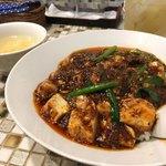 野田焼売店 - 麻婆丼(激辛)とハイボール。激辛でもないからおいしく食べられるよ!卓上の香醋を使いたいのにいつも麻婆丼にしてしまって使えない。