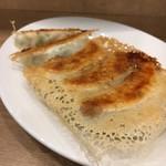 駒込餃子軒 - ランチの餃子と唐揚げのセット 745円。とりあえず餃子がきて、ご飯がなかなか来ずで…他のもん撮る気にもなれなかった。