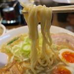 こってりらーめん誉 - 菅野製麺の太麺でもちもち食感。