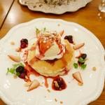 Honey Hunt Café - ベリーソースとマカデミアナッツのパンケーキ