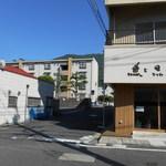 うちのぱん - 写真 左奥(団地手前)が駐車場