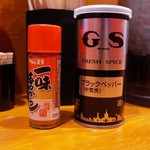 ラーメン 弥五郎 - テーブルに置いてあった調味料。