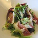 フォレストイン伊万里 レストラン - 最初の料理は糸島美豚の自家製生ハムとスパイシー野菜のサラダ仕立てです。