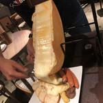 74750027 - ラクレット5点盛り2,200円(税別)チーズをかけています♪