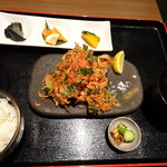 EIKOKU SHORYU - 「かき揚げ定食(800円)」をオーダー。 「かき揚げ」「おばんさい3種」「ご飯」「汁物」「香の物」などのセット。