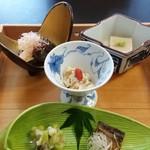 桂月 - 小鉢。落花生豆腐が美味。