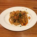 トラットリア築地トミーナ - 秋鮭とサツマイモとシメジのトマトソーススパゲティ