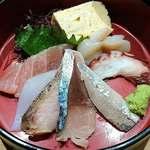にぎにぎ一 - 日本前 にぎにぎ一 八重洲本館 ランチ 海鮮重 其の一 一段:刺身 天然生鮪赤身・烏賊・鰆・鯖・鰯・蛸・帆立・玉子焼きが盛られます