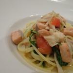 リストランテ カノビアーノ - ◆秋鮭と白舞茸のスパゲッティーニ スープ仕立てのような味わいですので「鮭」の塩気が丁度いい塩梅になり美味しい。
